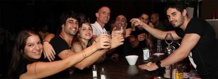 מועדון סלסה הוא גם אחלה מקום לשבת לכוסית עם החבר'ה.
